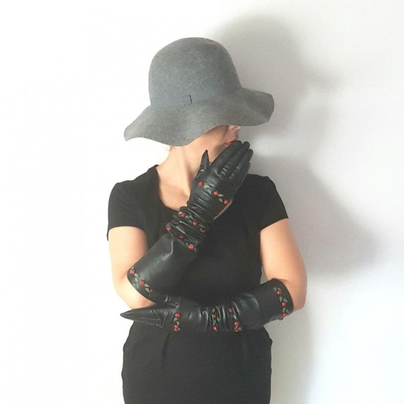 "Leather gloves of lamb black and red ""LILI""."