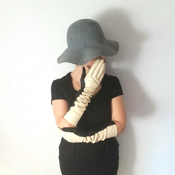 "Leather gloves of lamb black and vanilla ""DIANA""."