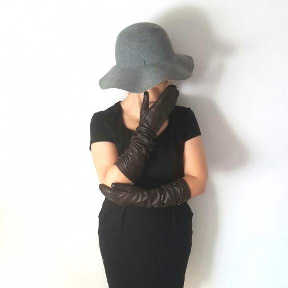 "Leather gloves of lamb brown ""MARGARET""."