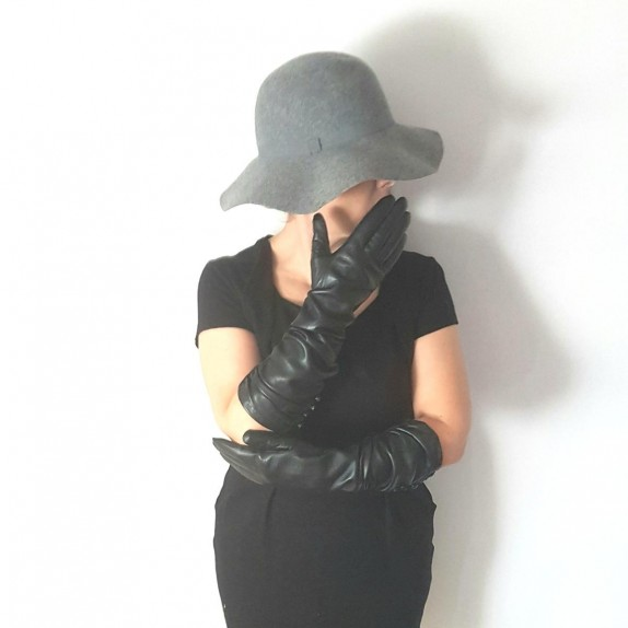 "Leather gloves of lamb black ""MARGARET""."